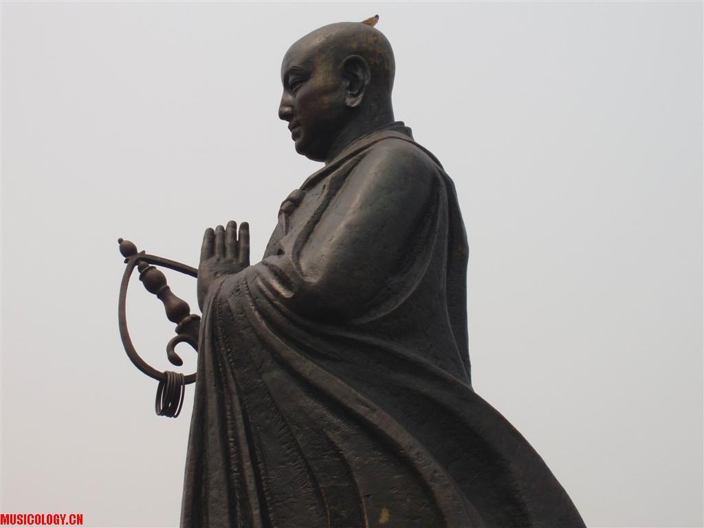 今天在西安大雁塔北广场的巨大玄奘大师铜象的头顶上