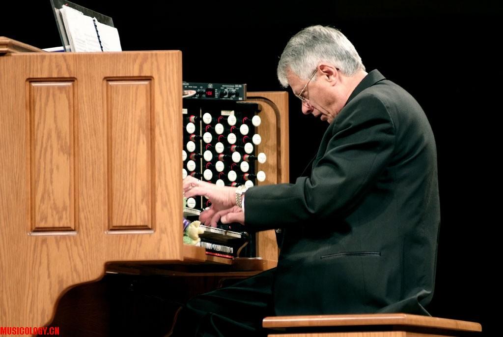 美国著名管风琴演奏家黑库塔·欧利北拉先生图片